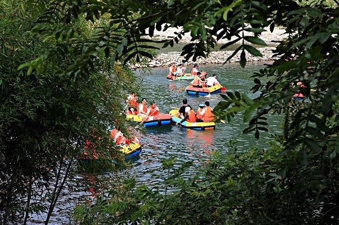 距离县城50公里,漂流河段全程3.5公里,漂流时间约1小时.