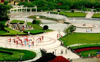 市民广场有一个直径是12米的圆形喷水池,周围有一条2米宽的石子
