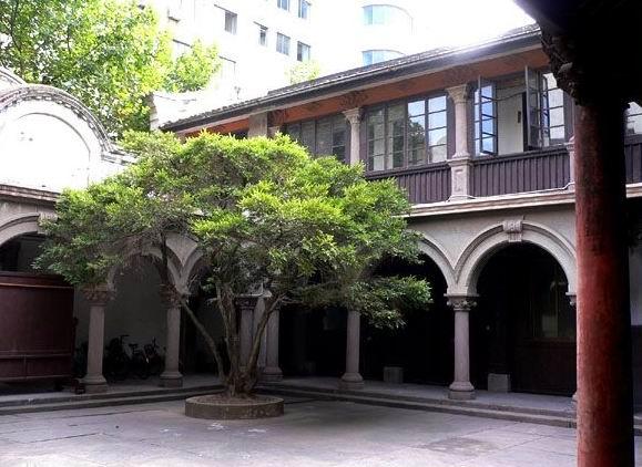 走马廊地面铺石为石板,室内彩色拼花民国时期的地砖,颜色鲜艳如新