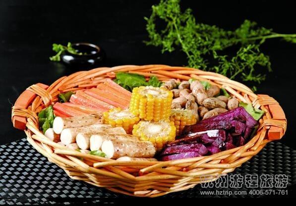 农家三鲜皇   主料:鱼圆、鸡块、河虾、肉圆、大白菜、黑木耳、发皮
